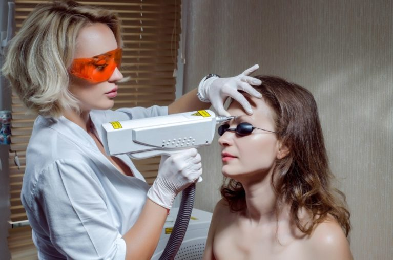 Удаление неудачного татуажа проводится чаще всего с помощью неодимового лазера