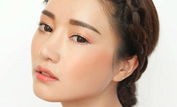 Кореянка с прямыми бровями
